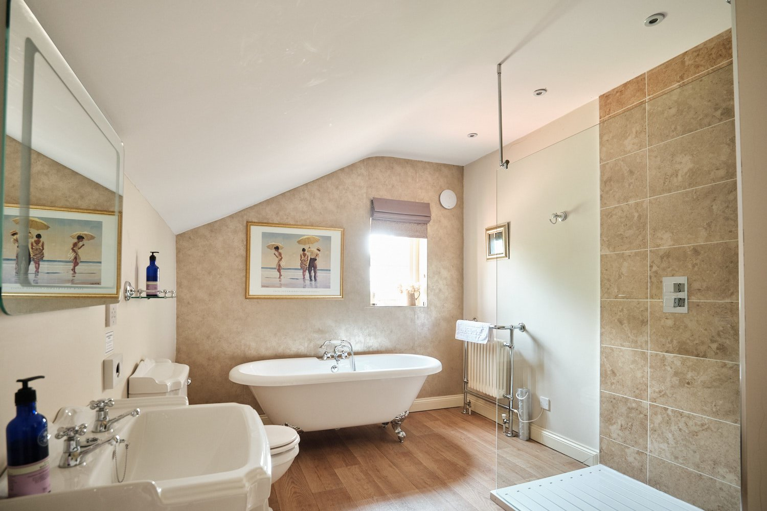 Percy The Pheasant Bathroom suite at The Elm Tree